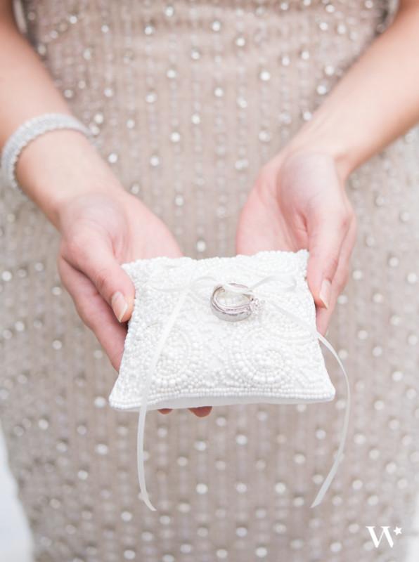 Бяла миниатюрна и с мъчниста възглавничка за халки