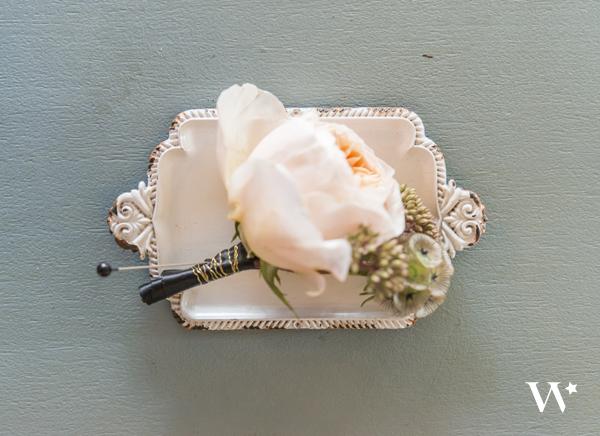 Миниатюрна антична бяла метална поставка за брачни халки