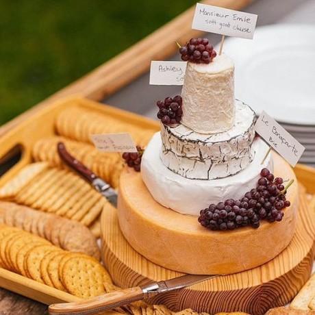 Сватбена торта от деликатесни сирена